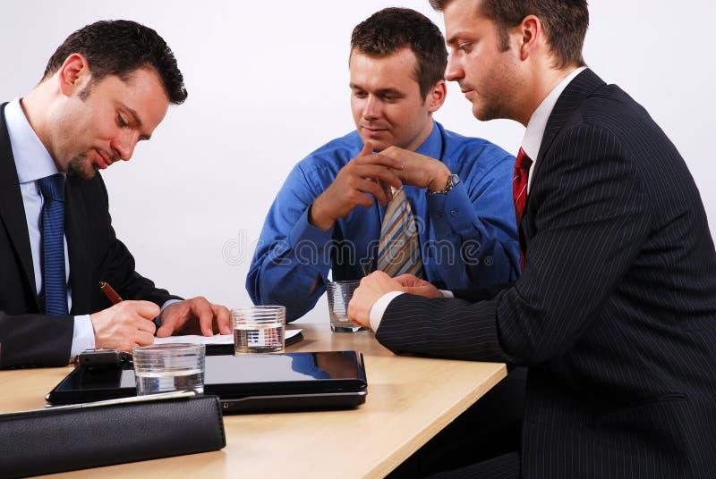 Uomo di affari che firma un contratto immagine stock libera da diritti