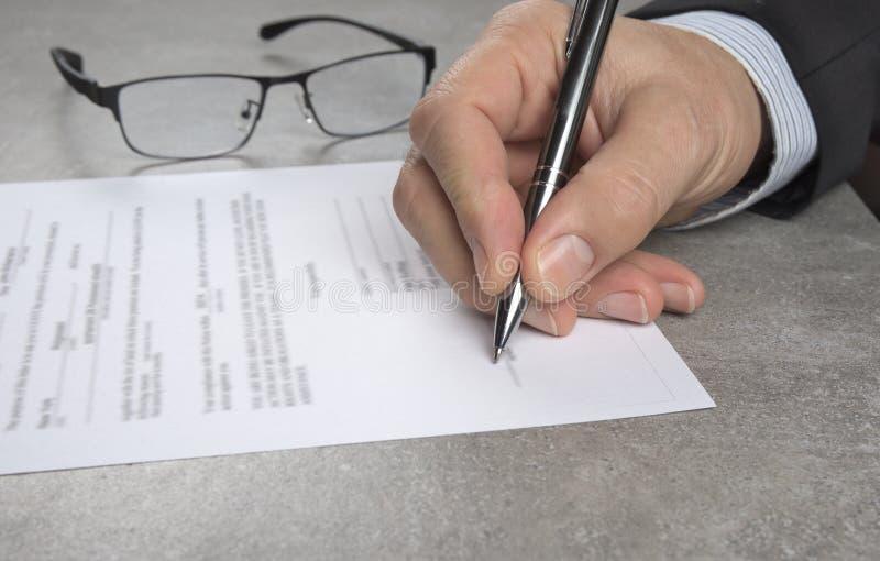 Uomo di affari che firma un contratto che fa un affare, concetto classico di affari fotografie stock