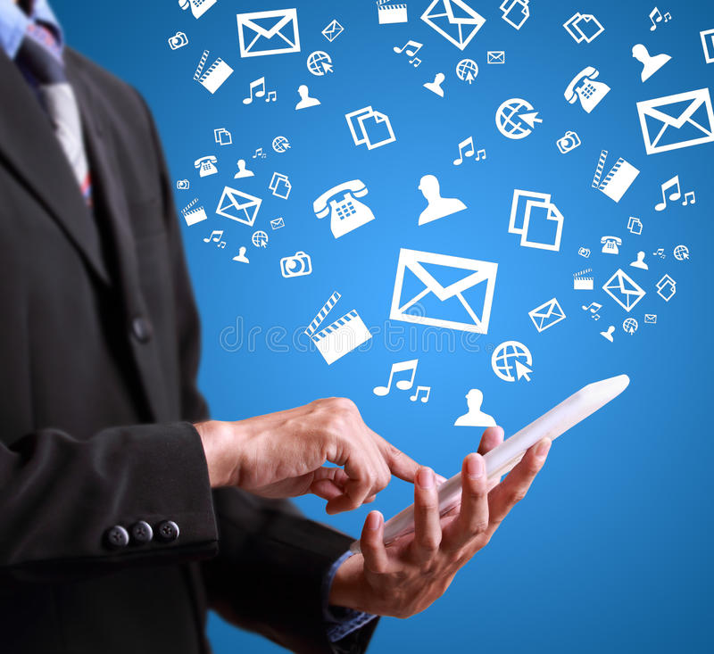 Uomo di affari che gioca telefono cellulare moderno immagini stock