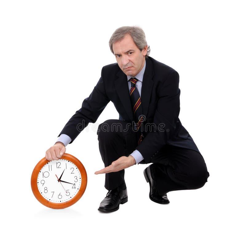 Uomo di affari che giudica un orologio responsabile di tempo immagini stock
