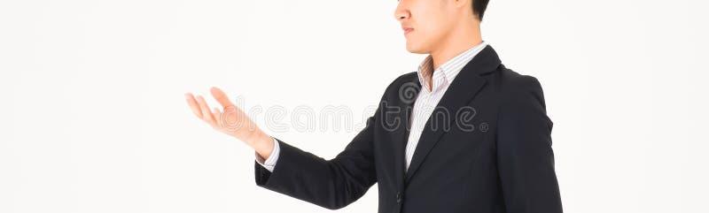 Uomo di affari che guarda in lui mano Il raccolto per l'insegna fotografia stock libera da diritti