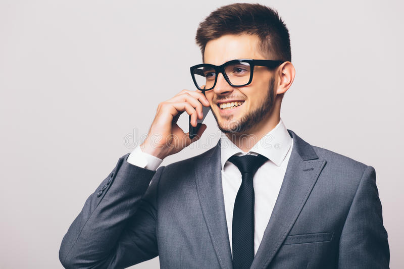 Uomo di affari che ha conversazione telefonica delle cellule fotografia stock libera da diritti