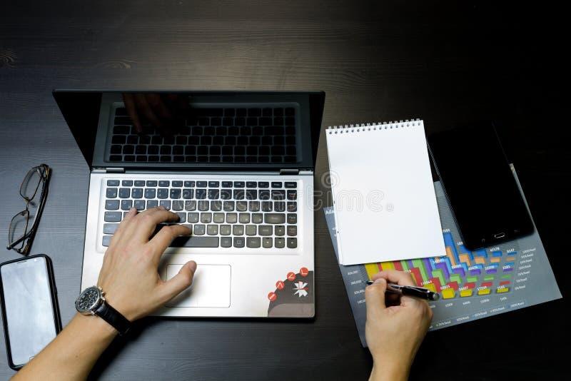 Uomo di affari che lavora ad un computer portatile fotografie stock
