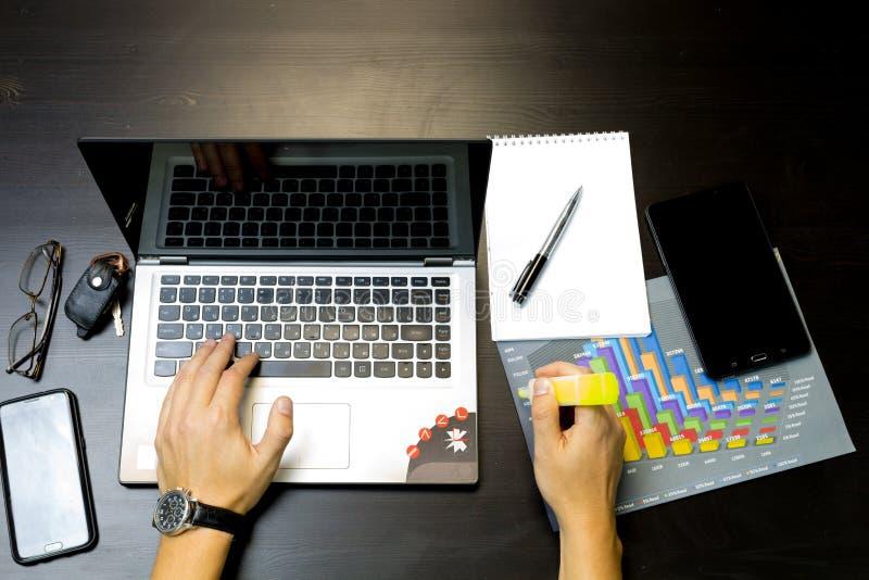 Uomo di affari che lavora ad un computer portatile immagini stock