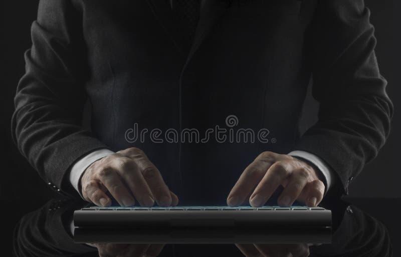 Uomo di affari che lavora nel comparire delle icone e dell'ufficio fotografia stock