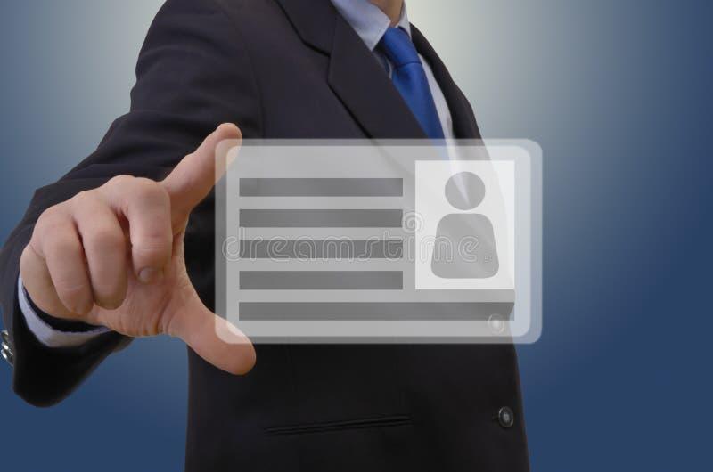 Uomo di affari che mostra biglietto da visita virtuale immagine stock libera da diritti