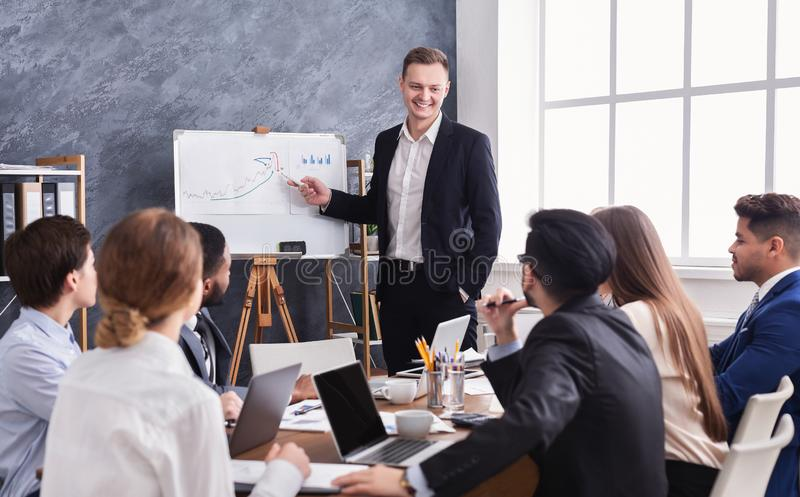 Uomo di affari che mostra diagramma durante la presentazione fotografie stock libere da diritti