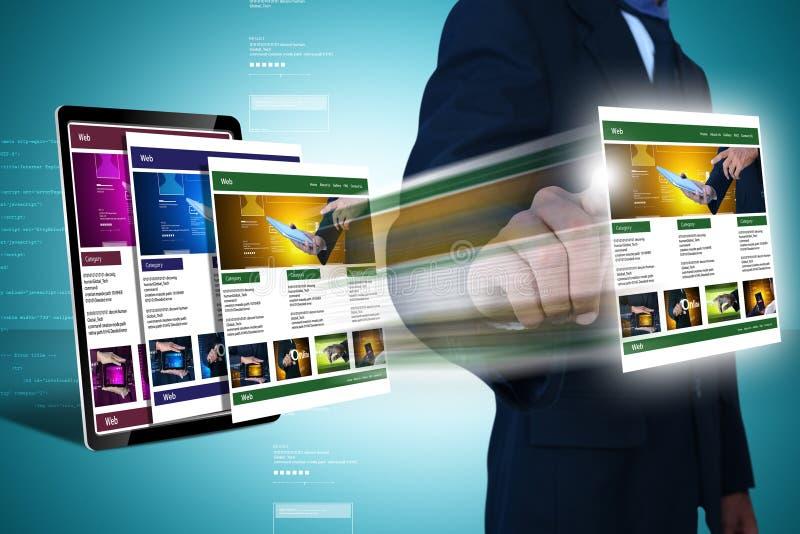 Uomo di affari che mostra pagina Web fotografia stock libera da diritti