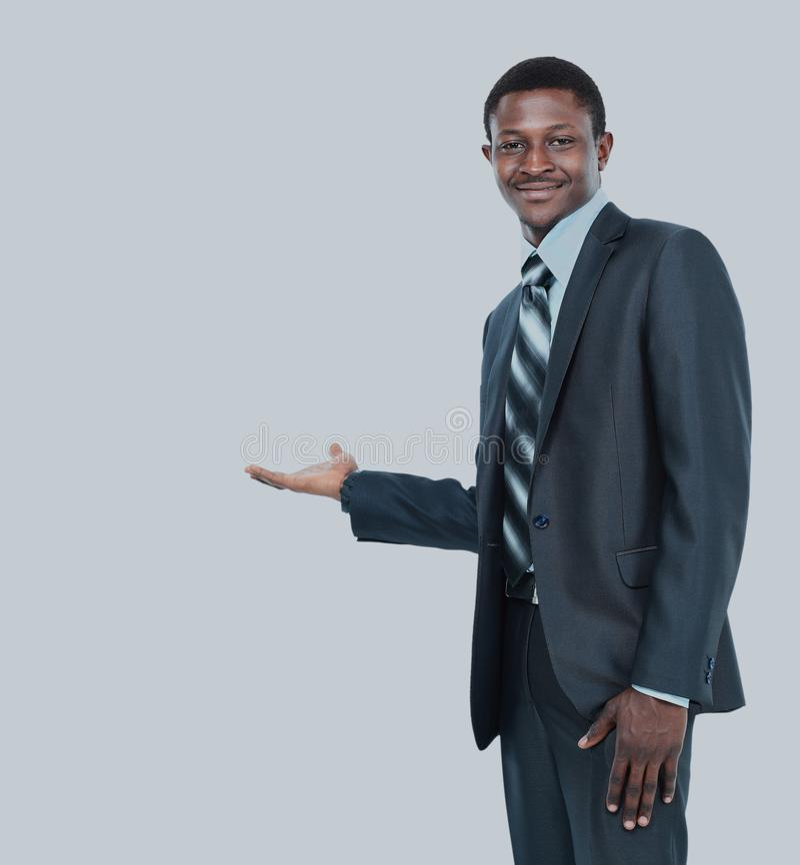 Uomo di affari che mostra qualcosa sulla palma della sua mano fotografia stock libera da diritti