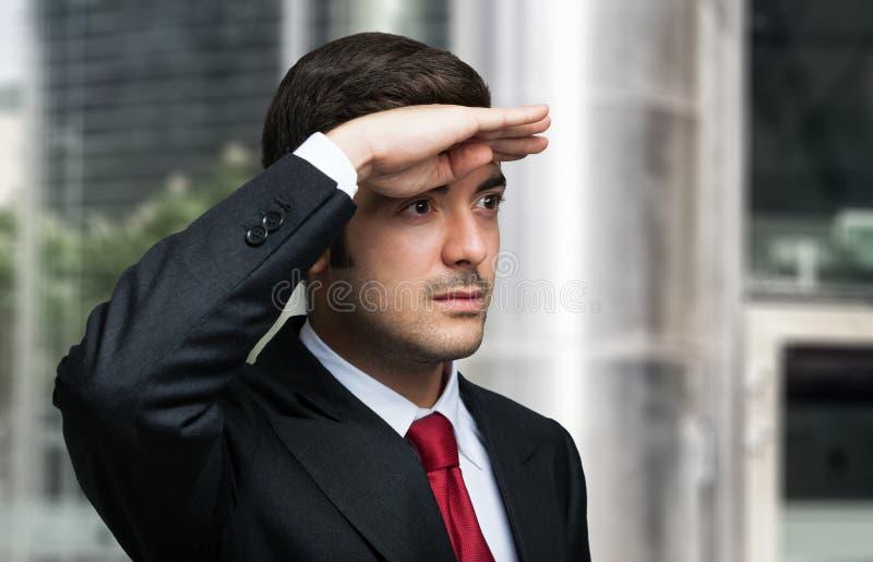 Uomo di affari che osserva in avanti immagini stock