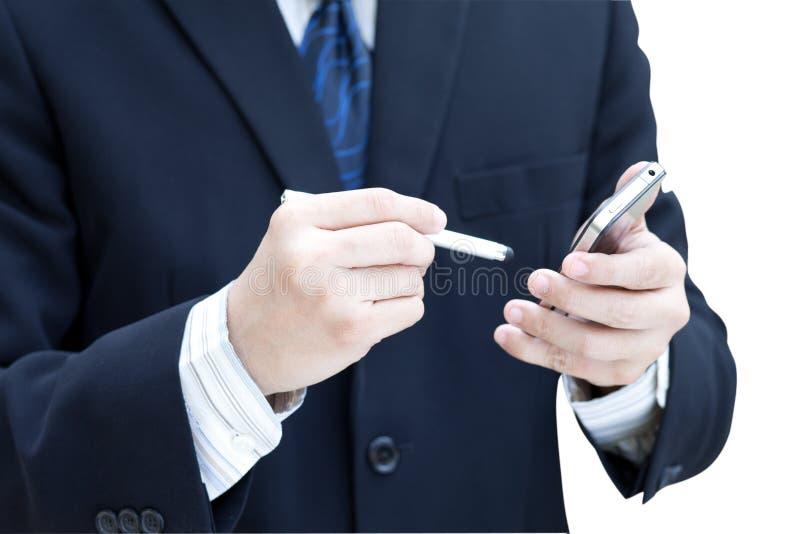 Uomo di affari che per mezzo di un telefono mobile fotografie stock libere da diritti