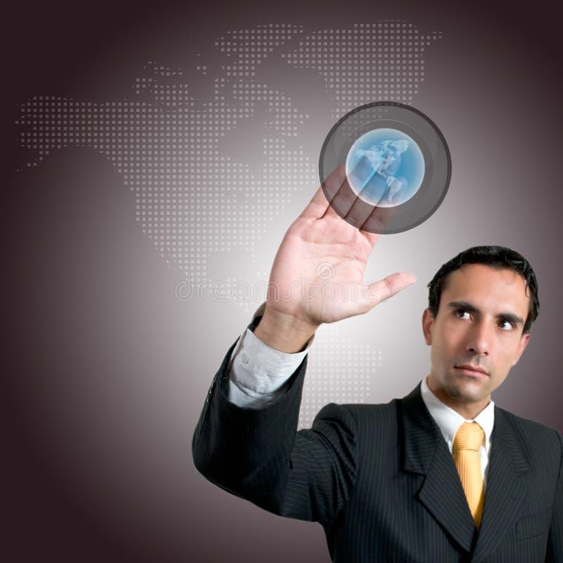 Uomo di affari che preme un tasto dello schermo attivabile al tatto immagini stock