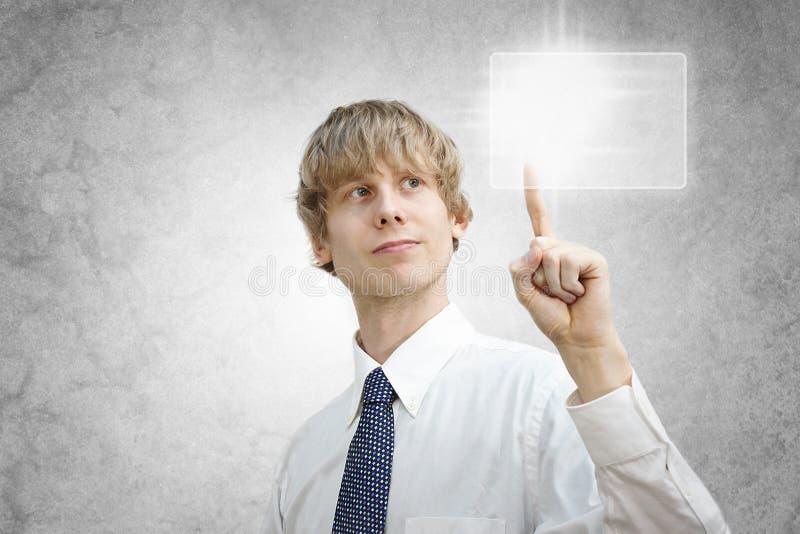 Uomo di affari che preme uno schermo di tocco fotografia stock