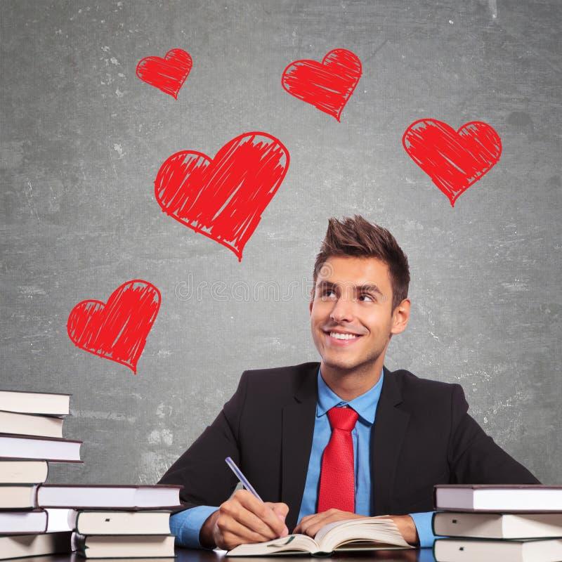 Uomo di affari che scrive una lettera di amore immagine stock