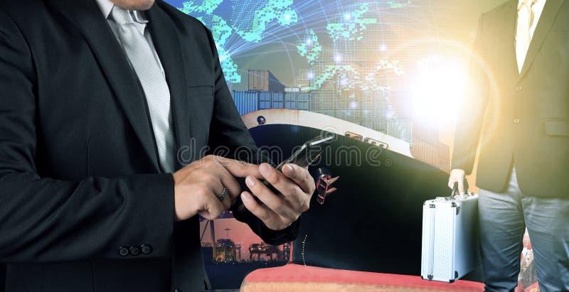 Uomo di affari che si collega sulla gente dell'investitore e del telefono cellulare stan fotografie stock
