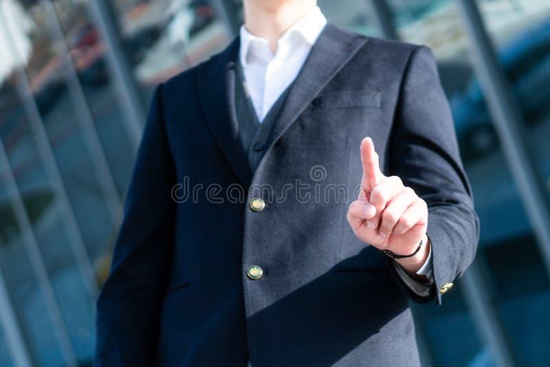 Uomo di affari che spinge su un'interfaccia dello schermo di tocco fotografie stock libere da diritti