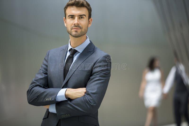 Uomo di affari che sta sicuro con il ritratto di sorriso fotografie stock