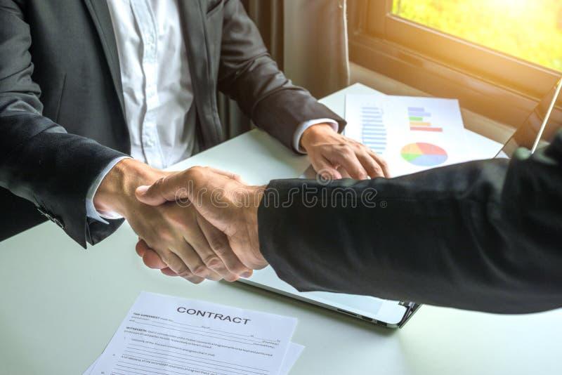 Uomo di affari che stringe le mani per il contratto immagine stock