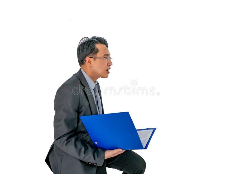 Uomo di affari che tiene il suo documento su fondo isolato fotografia stock