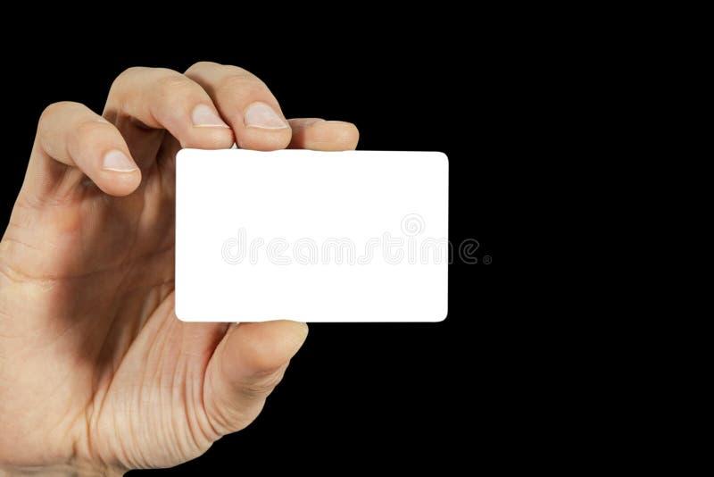 Uomo di affari che tiene un biglietto da visita vuoto in bianco con lo schermo bianco isolato Uomo d'affari che presenta il suo b fotografia stock