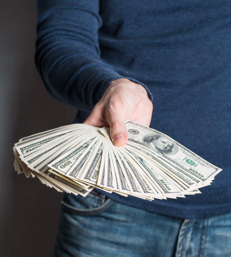 Uomo di affari che visualizza una diffusione dei dollari fotografie stock libere da diritti