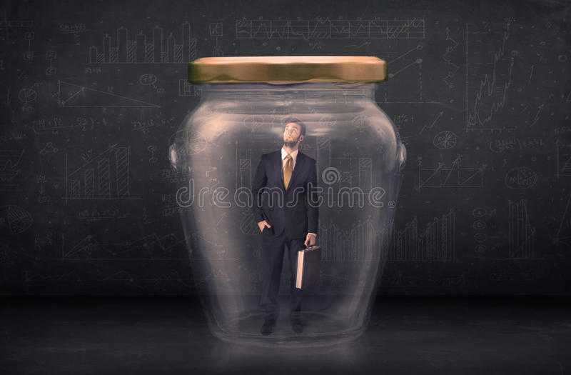 Uomo di affari chiuso in un concetto di vetro del barattolo fotografia stock libera da diritti