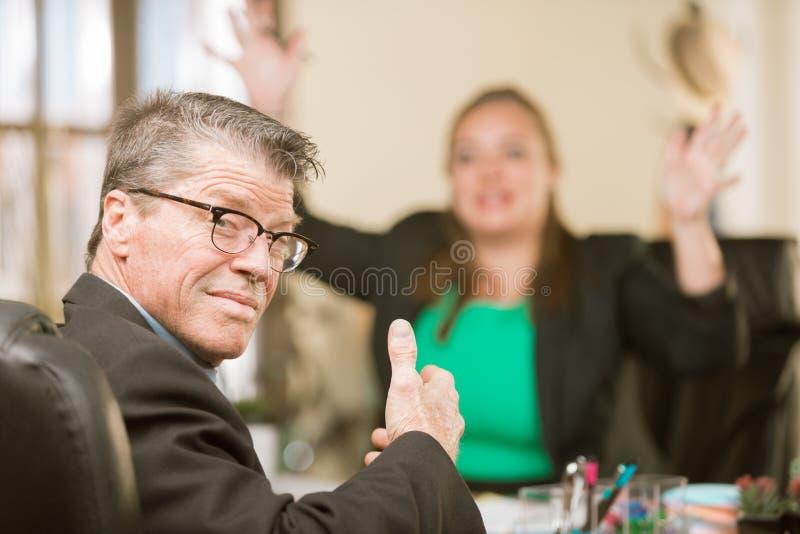 Uomo di affari con il collega frustrato immagine stock libera da diritti