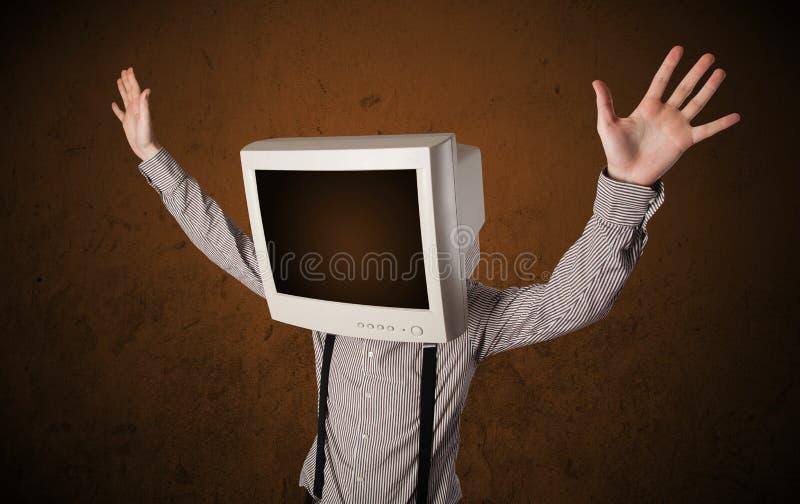 Uomo di affari con un monitor sulla suoi testa e spazio vuoto marrone fotografia stock