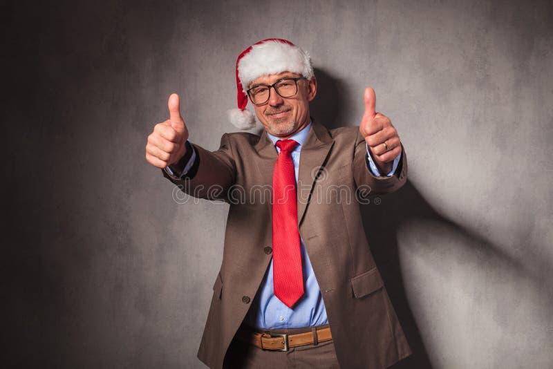Uomo di affari di Conident il Babbo Natale che fa il segno giusto fotografia stock libera da diritti