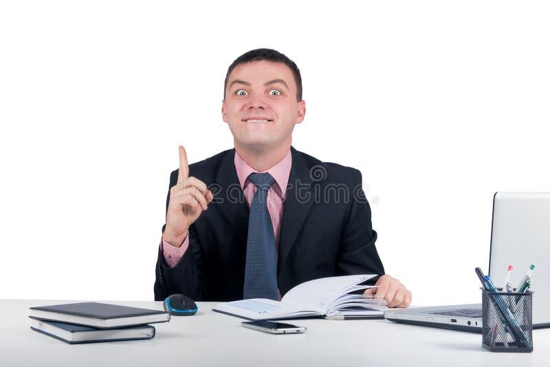 Uomo di affari divertenti al dito della tenuta dell'ufficio su: idea o avvertimento isolato su fondo bianco fotografia stock