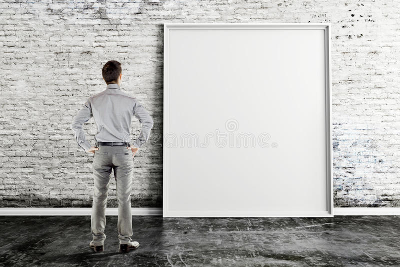 Uomo di affari e struttura in bianco sulla parete d'annata immagini stock libere da diritti