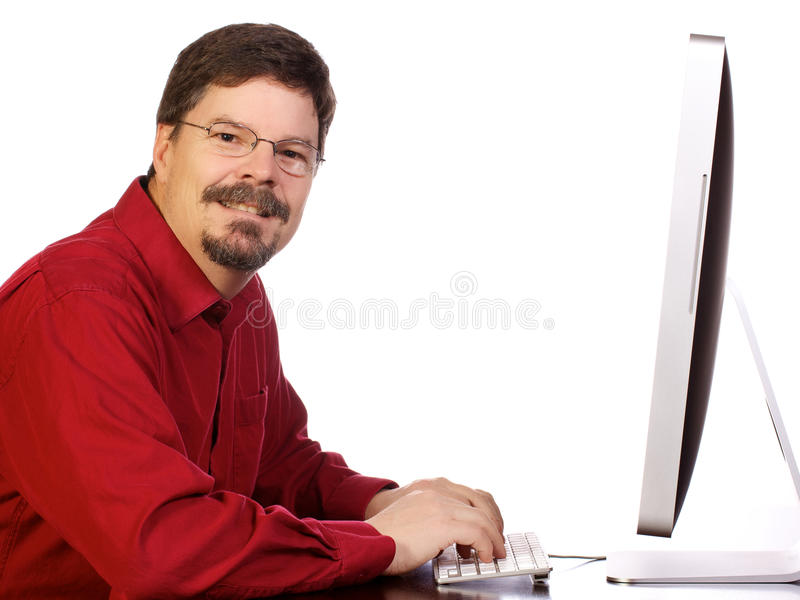 Uomo di affari maturi che lavora al calcolatore immagine stock
