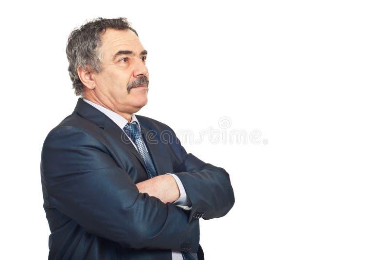 Uomo di affari maturi che osserva via immagine stock libera da diritti