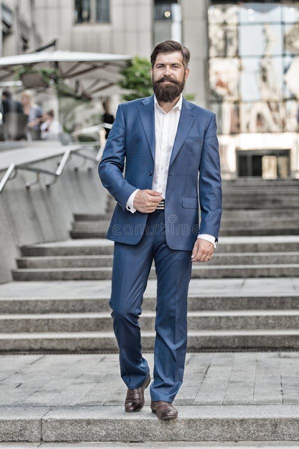 Uomo di affari riuscito uomo nel vestito di modo Vita moderna agente di assicurazione motivato modo maschio convenzionale Stile c immagini stock