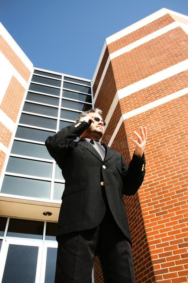 Uomo di affari sul telefono all'esterno fotografie stock libere da diritti