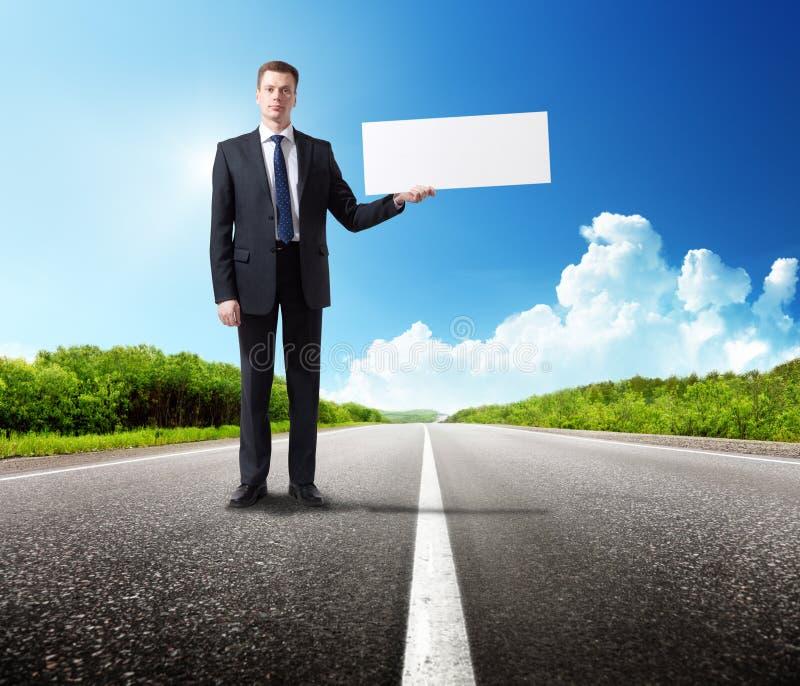 Uomo di affari sulla strada con lo spazio in bianco fotografia stock