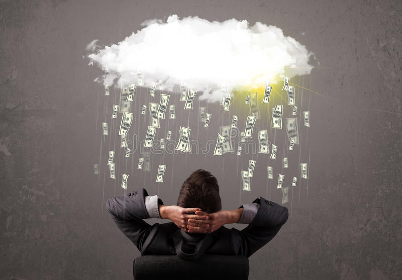 Uomo di affari in vestito che esamina nuvola con soldi di caduta immagine stock libera da diritti