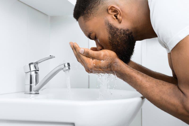 Uomo di afro in bagno fotografia stock libera da diritti