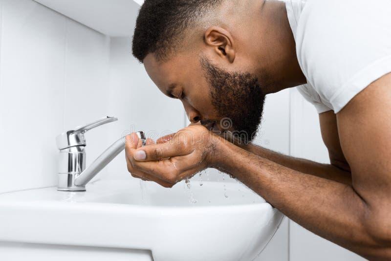 Uomo di afro in bagno immagini stock