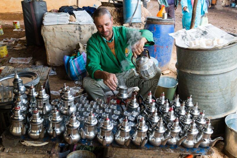 Uomo di barista che prepara tè in un caffè tradizionale dello spazio aperto immagine stock