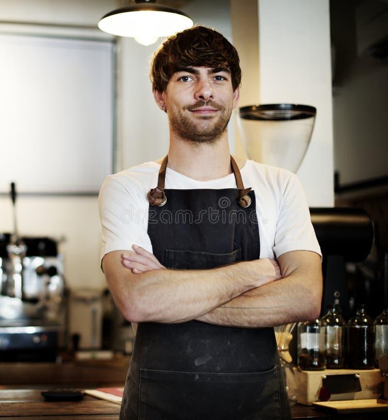 Uomo di barista della caffetteria dell'interno immagine stock libera da diritti