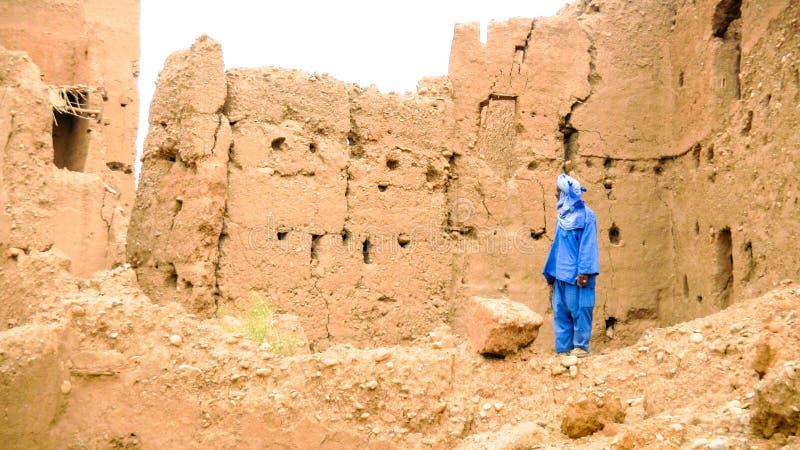 Uomo di berbero che porta i drees e turbante blu in un villaggio, Marocco fotografia stock