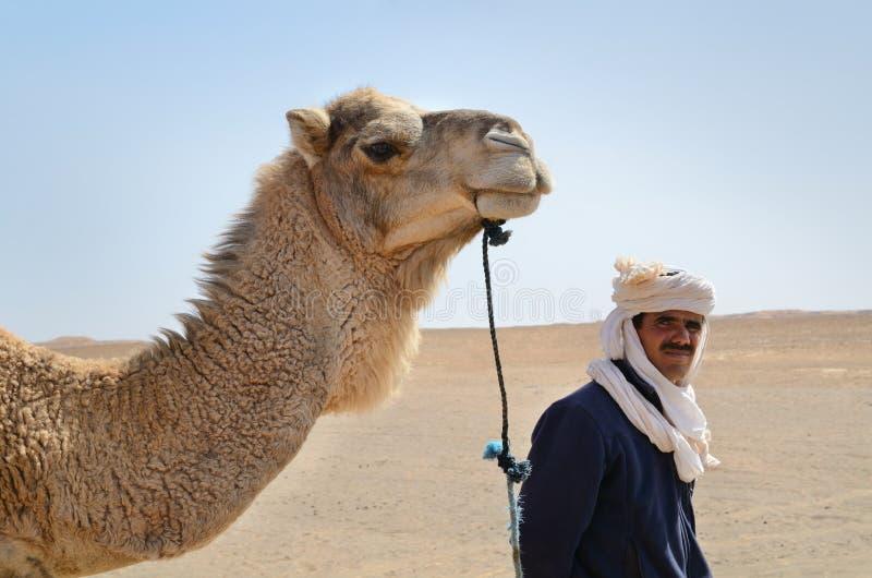 Uomo di berbero con il suo cammello fotografia stock