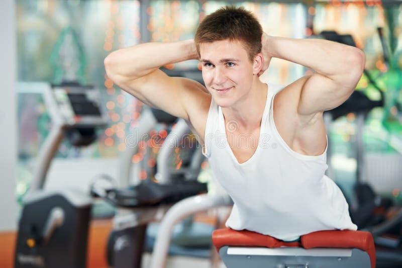 Uomo di Bodybuilding alle esercitazioni addominali di scricchiolio immagine stock libera da diritti