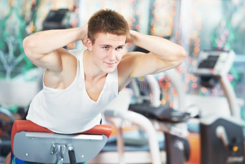 Uomo di Bodybuilding alle esercitazioni addominali di scricchiolio fotografia stock