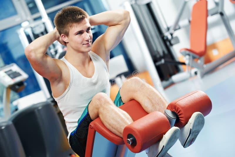 Uomo di Bodybuilding alle esercitazioni addominali di scricchiolio fotografia stock libera da diritti