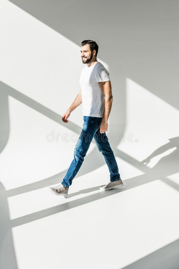Uomo di camminata fotografia stock libera da diritti