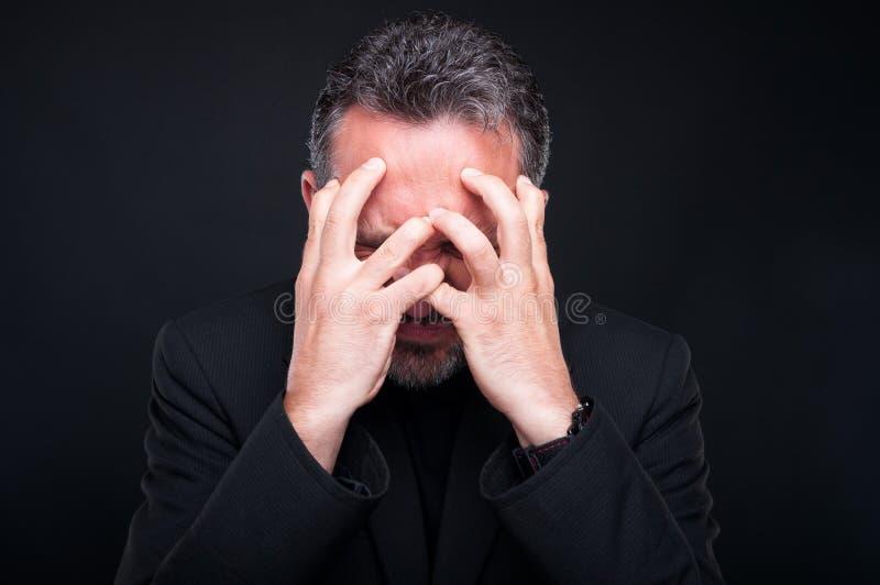 Uomo di classe sollecitato o teso che guarda molto arrabbiato fotografia stock