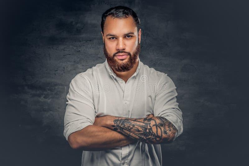 Uomo di colore con il tatuaggio sulle armi immagini stock