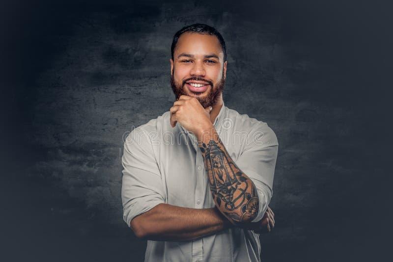 Uomo di colore con il tatuaggio sulle armi immagini stock libere da diritti